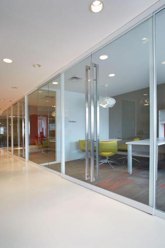 commercial-architectural-walls-lightlinestorefrontwalls_evokedividingwalls-markerboard